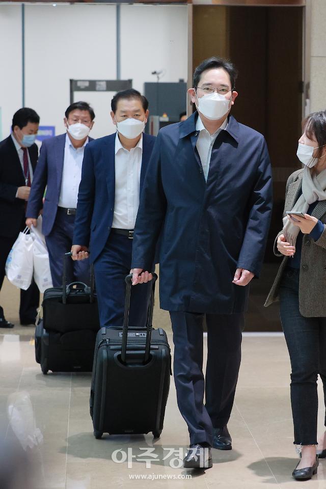 """""""일본도 가야 하는데…"""" 이재용 삼성전자 부회장 베트남 출장 마치고 귀국"""