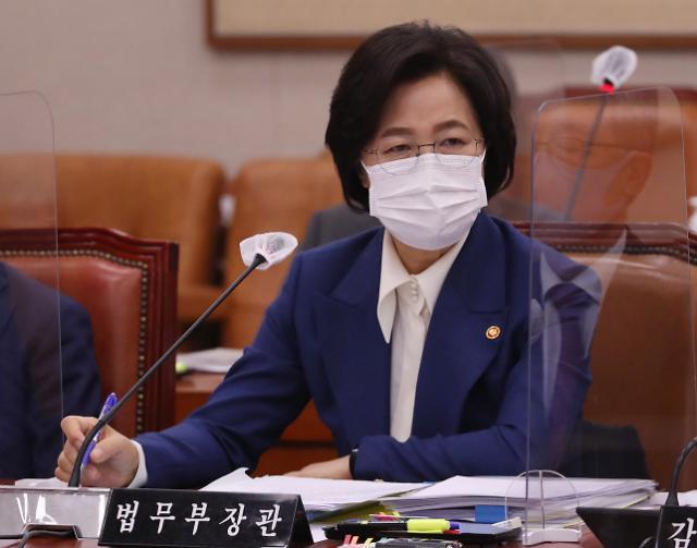 [10월 27일 조간칼럼 핵심요약] 수사지휘 위법하다는 윤 총장 향해 '사퇴' 제기한 추 장관
