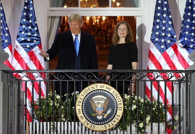 美배럿 신임 연방대법관 취임...기울어진 미국의 저울, 향후 여파는?(종합)