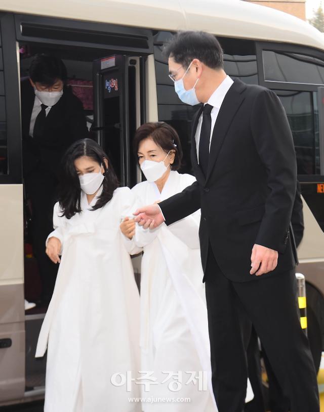 [포토] 고 이건희 회장 영결식에 참석하는 유가족들
