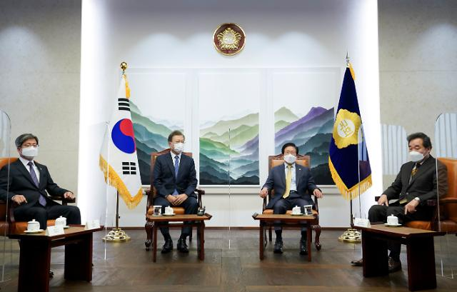 文대통령, 국회의장 환담...김종인·주호영 불참
