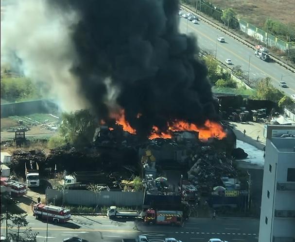 [슬라이드 뉴스] 인천 화재 현장···폐기물 처리장에 치솟는 연기