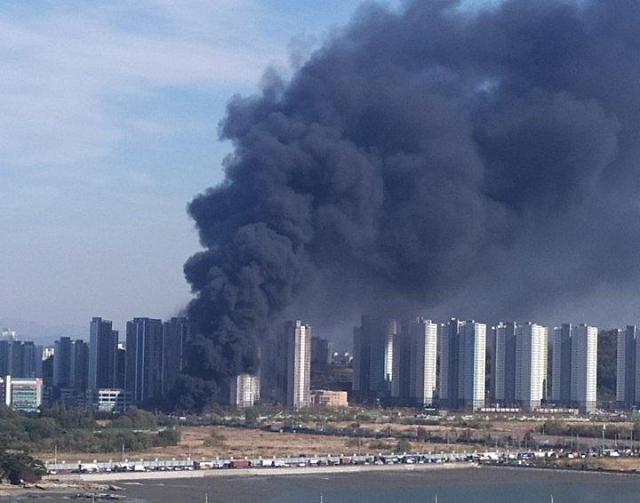 仁川一仓库发生大火 浓烟笼罩城市上空