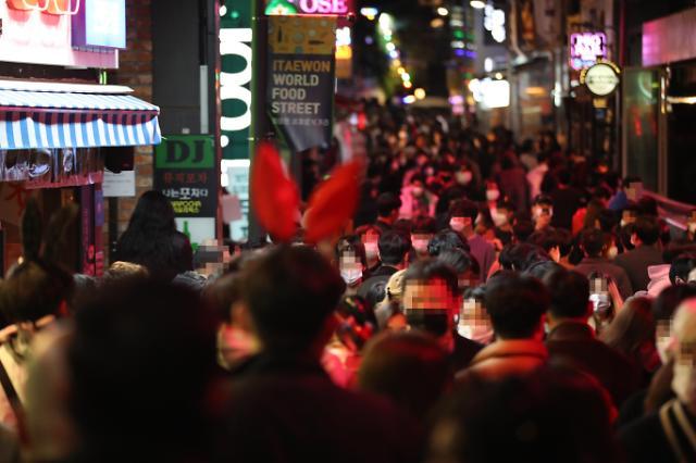 결국 핼러윈에 모였다···이태원·홍대·동성로 북적