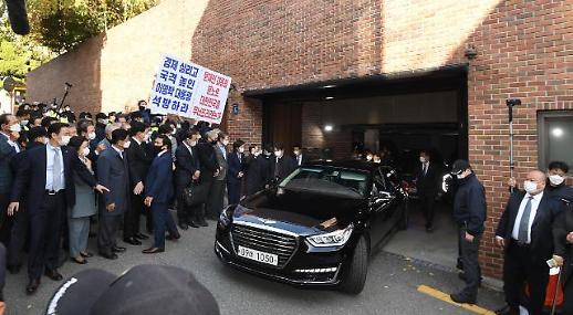 韩国前总统李明博前往东部看守所服刑