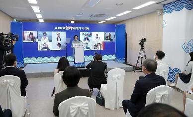 """서울맹학교 찾은 김정숙 여사 """"시각장애인들 꿈 응원합니다"""""""