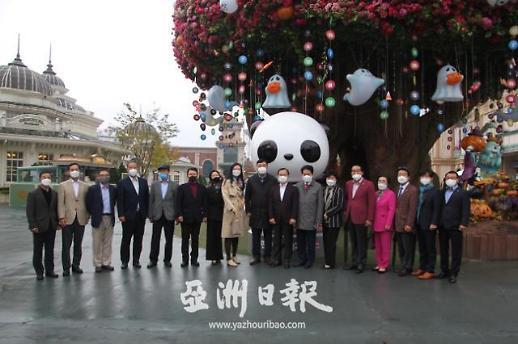中国驻韩大使邢海明与龙仁市长共访爱宝乐园探望国宝熊猫