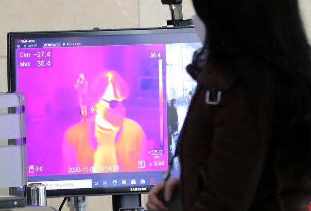 """[슬라이드 뉴스] 발열 체크 때 찍은 내 사진, 괜찮을까?…개보위 """"얼굴 영상 저장 금지"""""""
