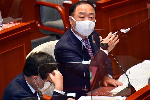 """한국판 뉴딜 재탕 지적에 홍남기 """"예산 확충해 지원 속도 앞당긴 것"""""""