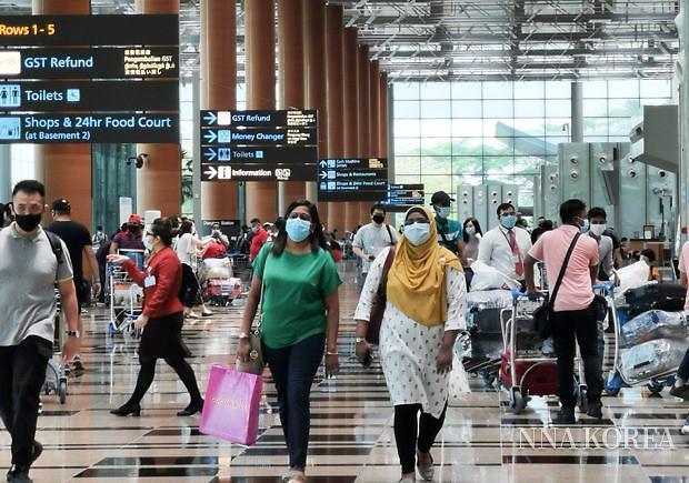 싱가포르, 마스크를 쓰고 이동하는 사람들