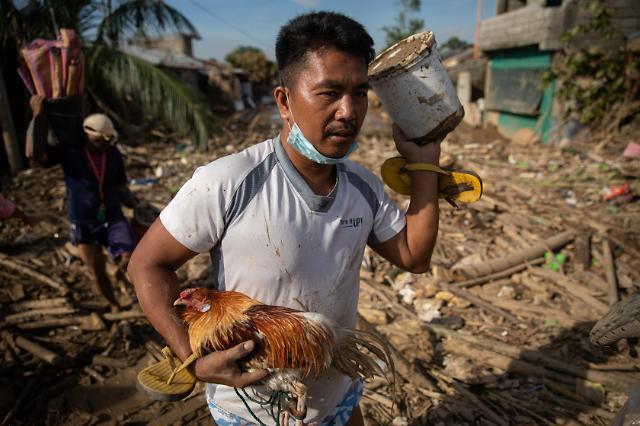 [슬라이드 뉴스] 태풍 밤꼬가 할퀸 필리핀…한국 교민 피해는 아직 없어