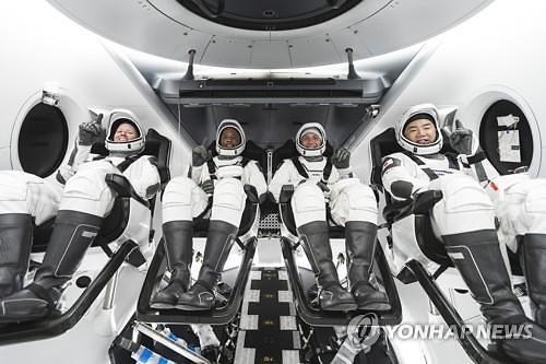 스페이스X, 유인 우주선 1호 리질리언스 발사 성공
