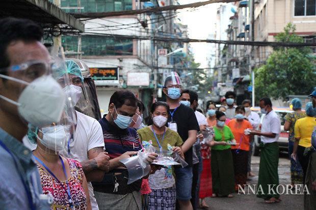 투표를 위해 줄선 미얀마의 유권자
