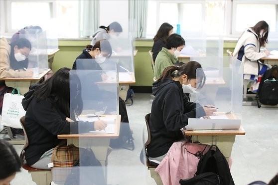 七成韩国人赞成不带口罩罚款 高考临近防疫措施讲究多