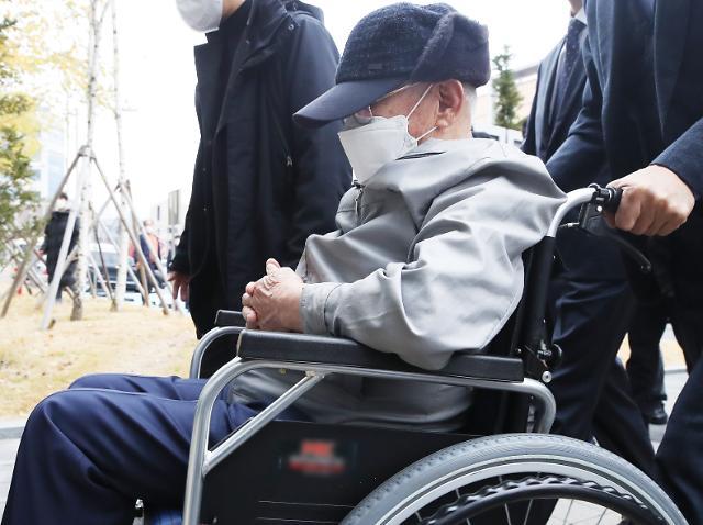 [슬라이드 화보] 휠체어 타고 공판 출석하는 이만희 신천지 총회장