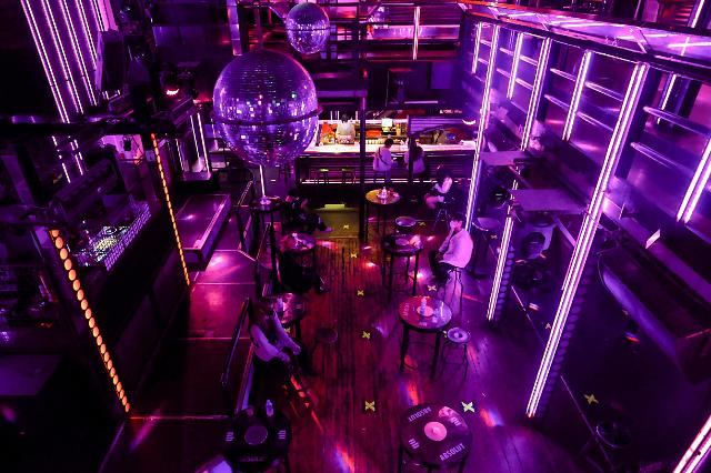 [슬라이드 뉴스] 거리두기 1.5단계 시작···클럽은 한산, 술집은 붐벼
