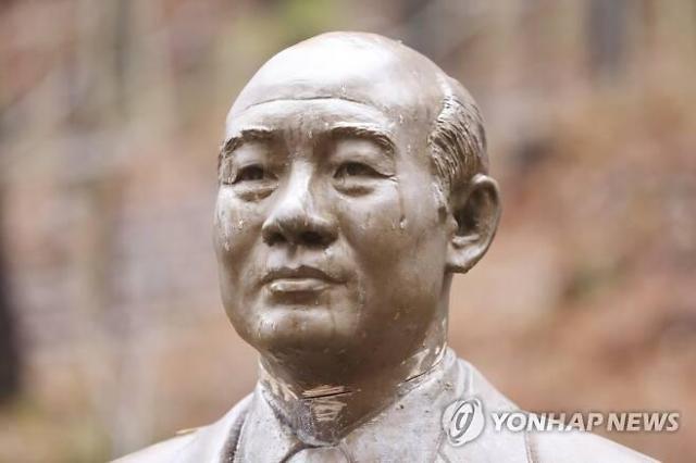"""전두환 전 대통령 동상 훼손 50대 구속...""""목 잘라 연희동에 던지려 했다"""""""