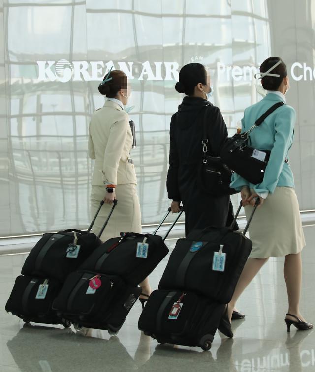 국토부, 국제선 승무원 자가격리 첫 시범 운행... '안전강화' VS '역차별'