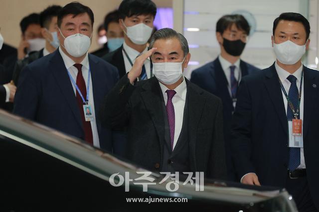 [포토] 인사하는 왕이 중국 외교부장