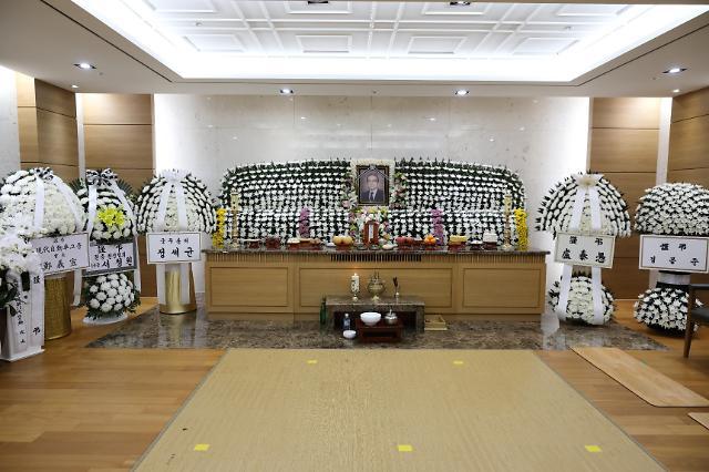 中国外交部长王毅吊唁韩国前统一部长官李世基