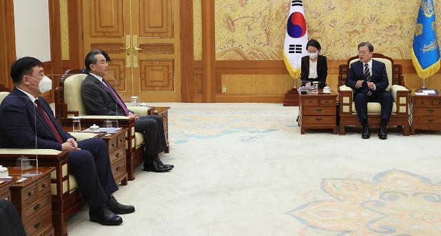 文在寅与中国外长王毅举行会谈
