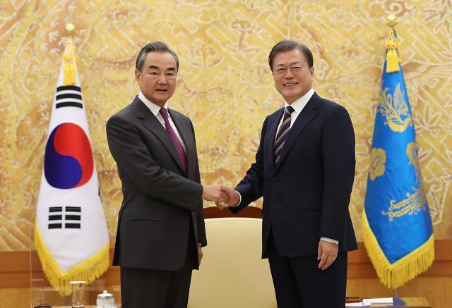 [포토] 문재인 대통령, 왕이 중국 외교부장 접견