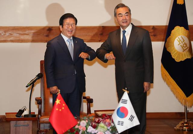 韩国会议长朴炳锡会见中国外长王毅