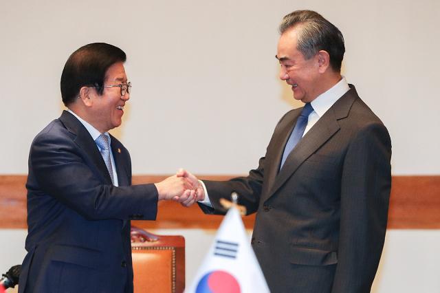 [포토] 인사하는 박병석 의장과 왕이 중국 외교부장