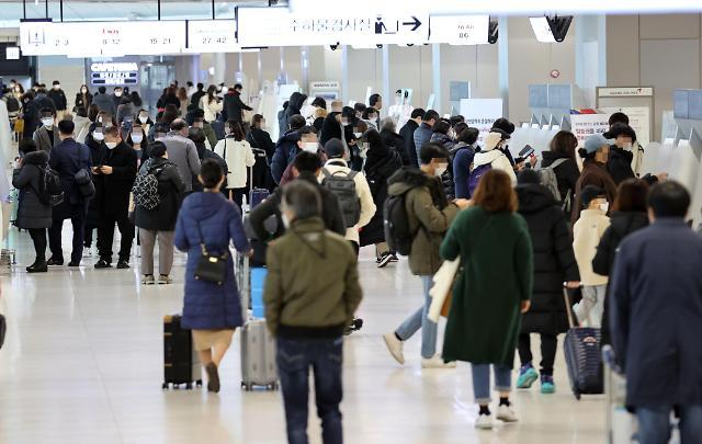 [슬라이드 뉴스] 거리두기 2단계 첫 주말, 붐비는 김포공항