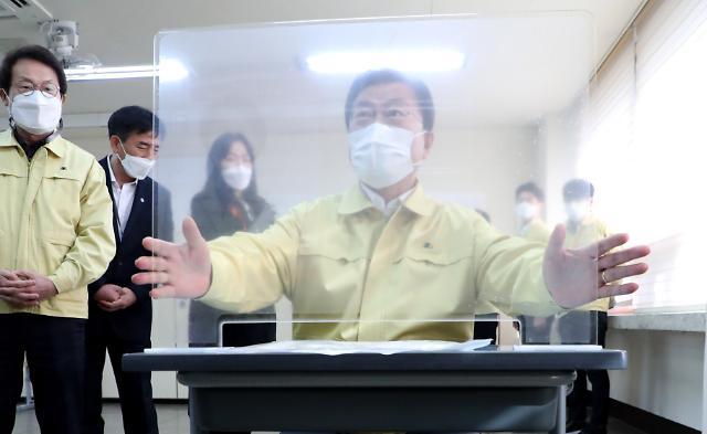 [포토] 수능 수험생 칸막이 살피는 문재인 대통령