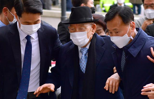[포토] 부축 받으며 광주법원 들어서는 전두환