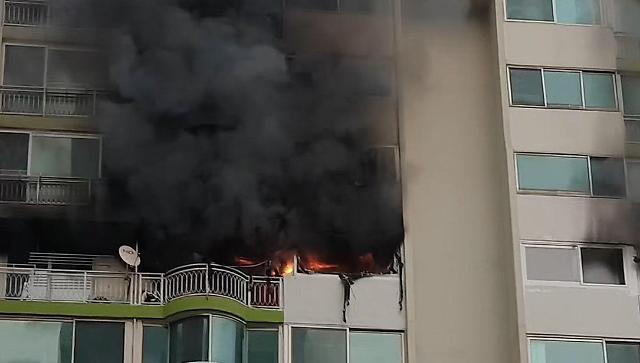 [슬라이드 뉴스] 화재 현장서 발견된 전기난로...군포 아파트 화재로 4명 사망·1명 중태