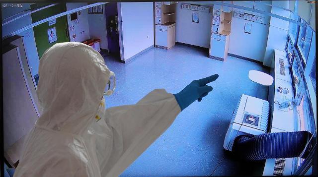 [슬라이드 뉴스] 실시간 CCTV·방호복 감독관···확진자 시험장 방역보니