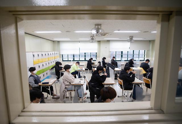 [슬라이드 포토] 고사장 입실 마친 수험생들