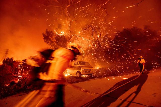 [슬라이드 뉴스] 또 화마로 뒤덮인 캘리포니아...시속 113km 악마의 바람 위력