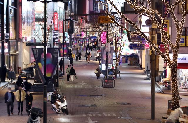 [코로나19] 매일 밤 9시 이후 서울이 멈춘다…버스 줄이고 스터디카페·영화관 중단