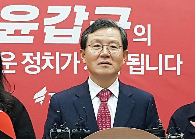 검찰, 라임 로비 의혹 윤갑근 前고검장 구속영장 청구