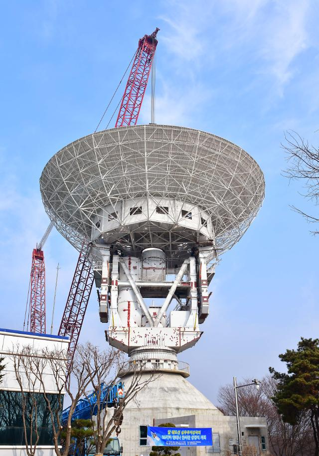 Space antenna reflector installed for S. Koreas lunar exploration mission