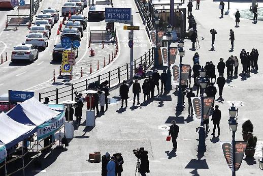 市民排队等候接受新冠病毒核酸检测