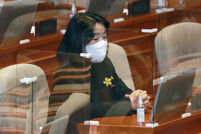 [포토] 본회의 참석한 윤미향 의원