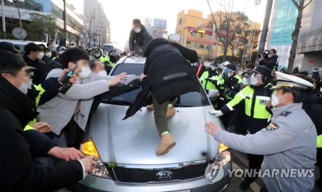경찰, 조두순 호송 법무부 차량 파손한 유튜버들 구속영장 신청 검토