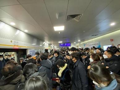 퇴근길 멈춰선 김포골드라인... 이용객들 1시간째 전동차에 갇혀