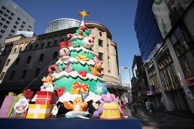 岁末年初圣诞将至 疫情下韩街头节日气氛难寻