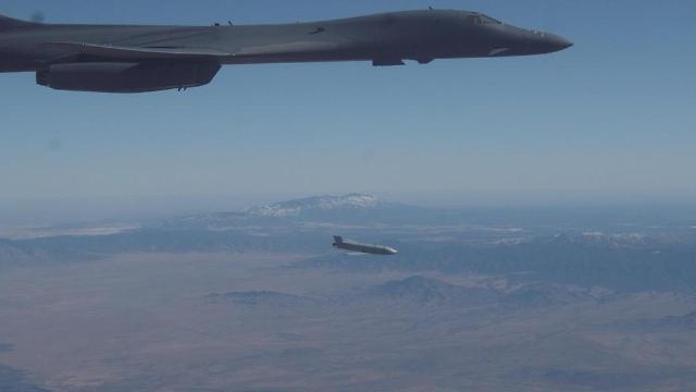 미국 B-1B 폭격기 남중국해 전개…중국·러시아 공군 한반도 인근 훈련 맞대응