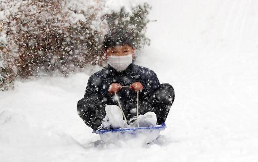 多地普降雪 孩童笑开颜