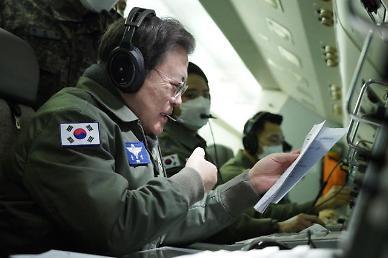 """文대통령, 새해 첫 날 '초계비행'…""""강한 안보 없이 평화 없다"""""""