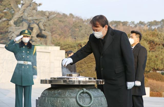 [포토] 현충원서 분향하는 윤석열 검찰총장