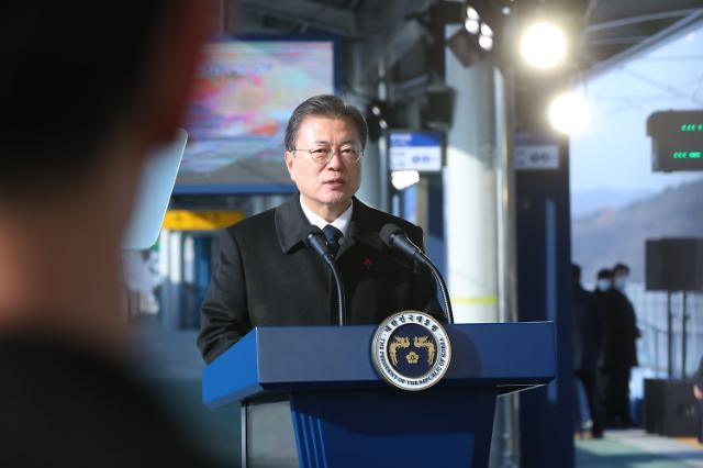 문재인 대통령 지지율 최저치 경신…한때 35.3%까지 하락