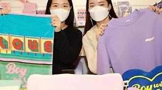Lotte Department Store tổ chức các buổi triển lãm thương mại trực tiếp hàng tuần để bán các sản phẩm chính thức của BTS