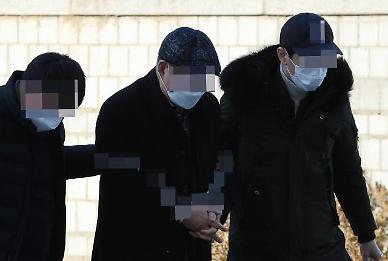 법원, 윤석열 응원 화환에 불지른 70대 구속영장 기각
